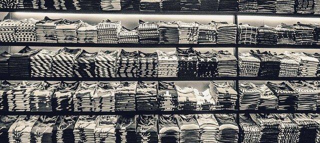 regály s tričkama