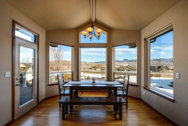Miestnosť s oknami, stôl a stoličky.jpg