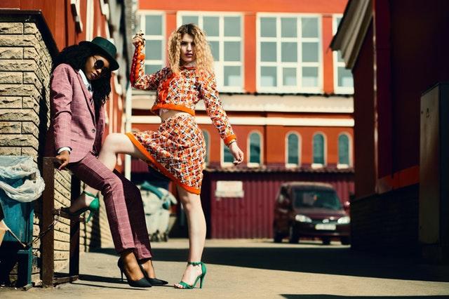 Ženy vo farebných kostýmoch na ulici