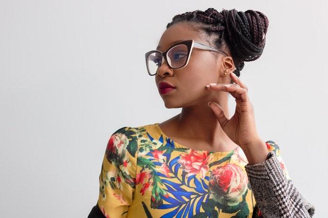Žena v dioptrických okuliaroch a farebných šatách s kvetmi